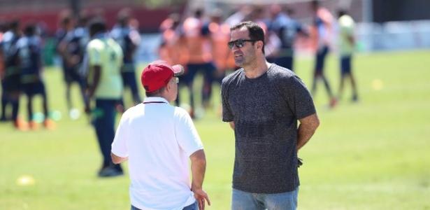 Ricardo Lomba, de cinza, conversa com presidente Bandeira em treino do Fla