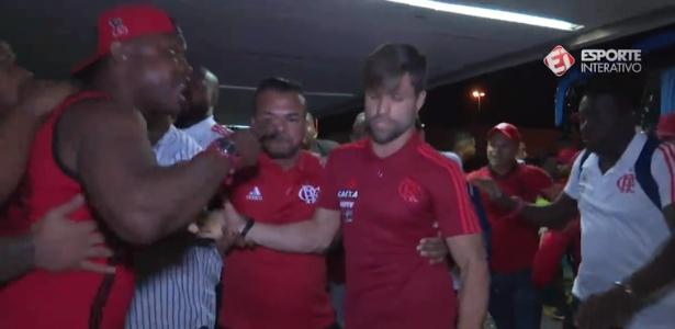 Meia Diego é pressionado por torcedores do Flamengo durante embarque para Fortaleza - Reprodução/Esporte Interativo