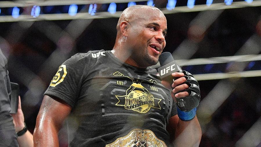 Daniel Cormier com o cinturão do UFC - Sam Wasson/Getty Images/AFP