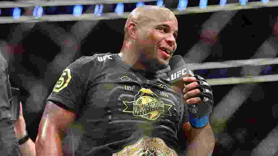Daniel Cormier com o cinturão do UFC - Sam Wasson/Getty Images/AFP