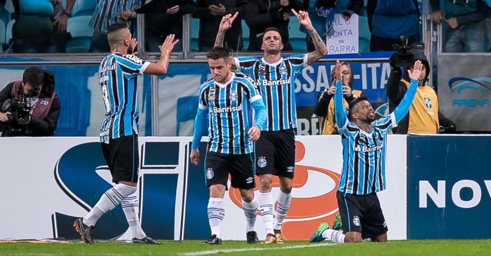 Jogadores do Grêmio comemoram gol de Luan sobre o Flamengo