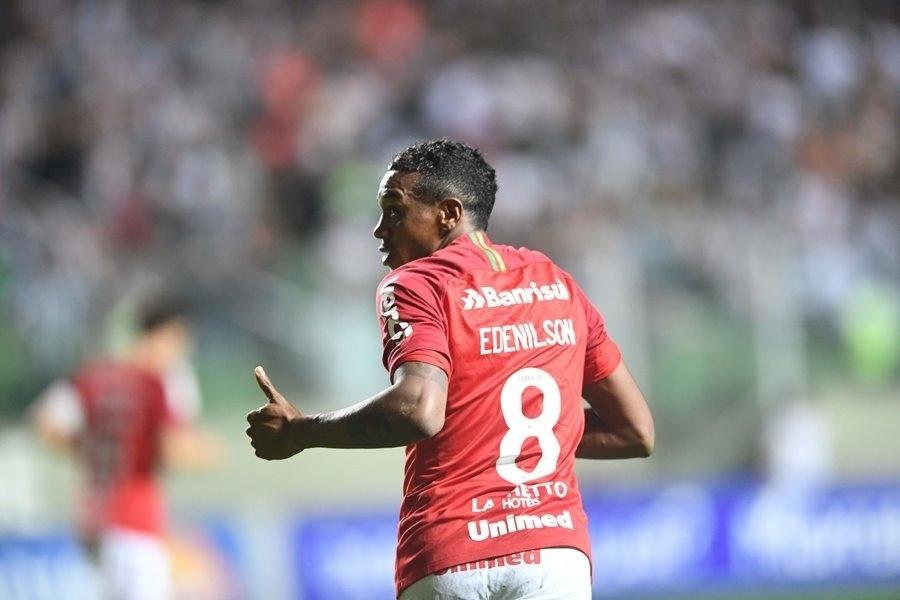Edenilson comemora gol do Internacional sobre o Atlético-MG