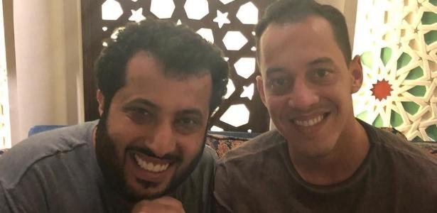 Dono do Pyramids, Turki Al-Sheikh posa com Rodriguinho; clube pode negociar atletas - Reprodução/Instagram