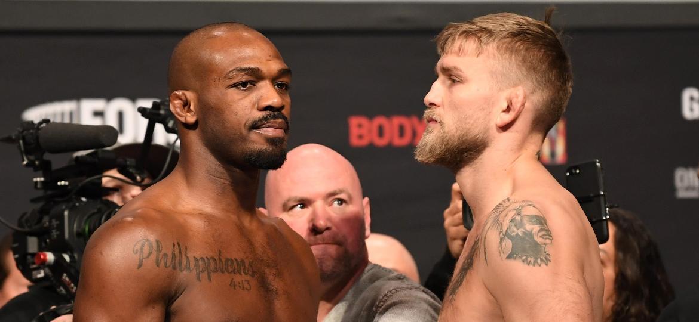 Jon Jones e Alexander Gustafsson se encaram na véspera do UFC 232, em Los Angeles - Josh Hedges/Zuffa LLC/Zuffa LLC via Getty Images