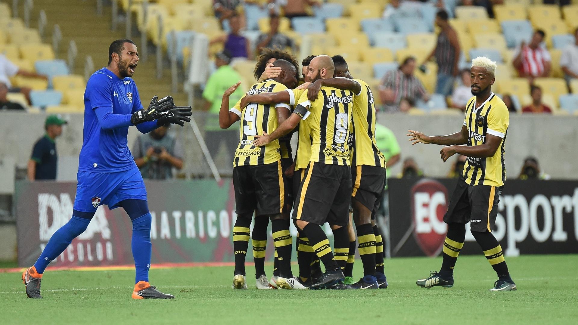 Jogadores do Volta Redonda comemoram gol sobre o Fluminense no Maracanã
