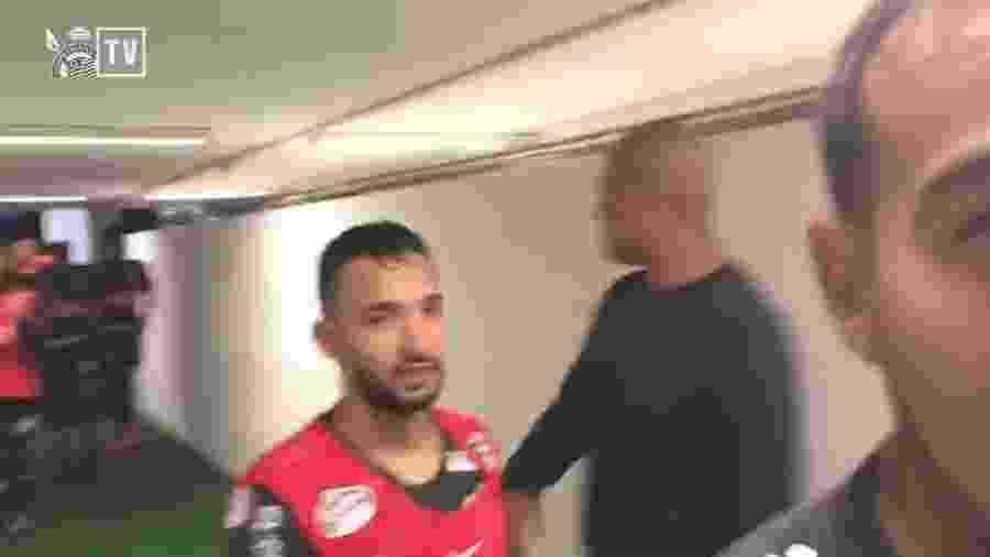 Clayson xinga árbitro Raphel Claus após classificação do Corinthians - Reprodução