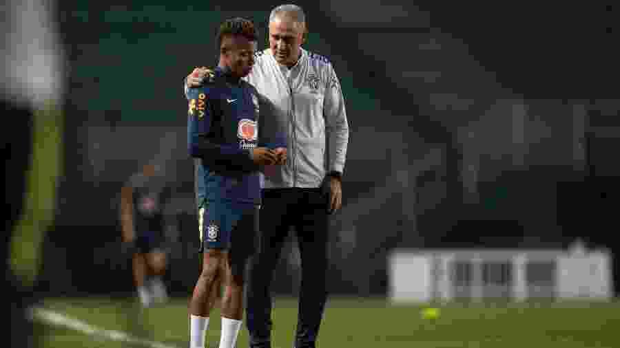 Tite conversa com David Neres durante treino da seleção brasileira - Lucas Figueiredo/CBF