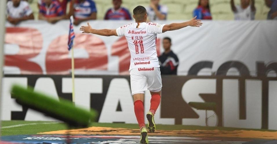 Wellington Silva comemora após marcar pelo Internacional contra o Fortaleza