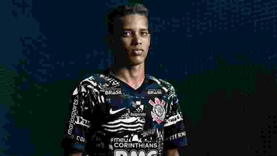 Pedrinho foi um dos modelos do lançamento da nova terceira camisa do Corinthians, que estreia amanhã - Divulgação