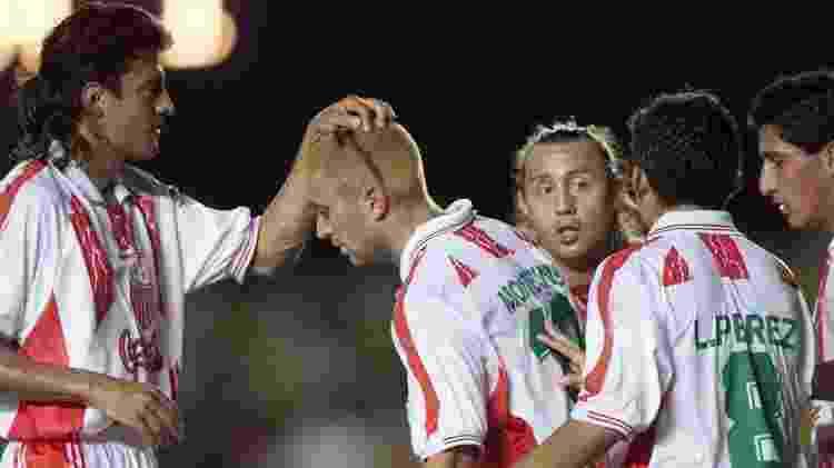 Jogadores do Necaxa em ação no Mundial de 2000: time mexicano teve dois representantes na seleção da Fifa - Antônio Gaudério/Folhapress