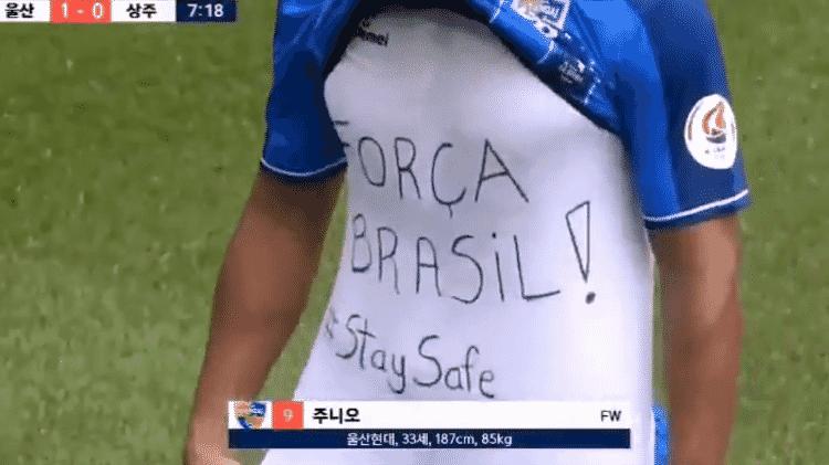 Junior Negão exibe mensagem na camiseta após marcar pelo Ulsan Hyundai - Reprodução - Reprodução