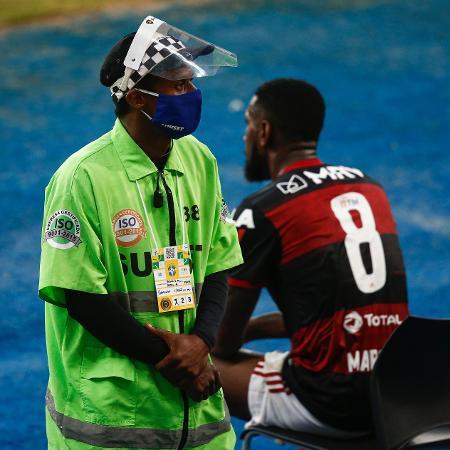 9.agosto.2020 - Funcionário do Maracanã usa máscara e face shield durante partida entre Flamengo e Atlético-MG - Bruna Prado/Getty Images