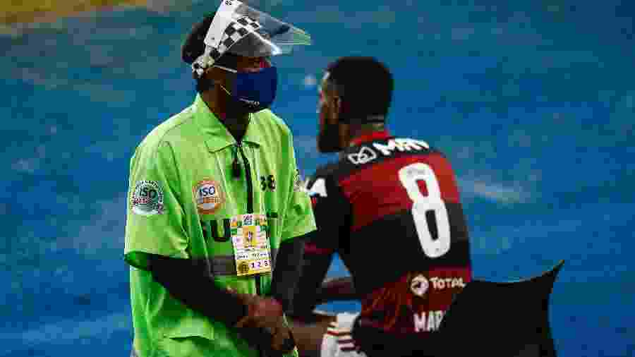 Funcionário do Maracanã usa máscara e face shield durante partida do Flamengo - Bruna Prado/Getty Images