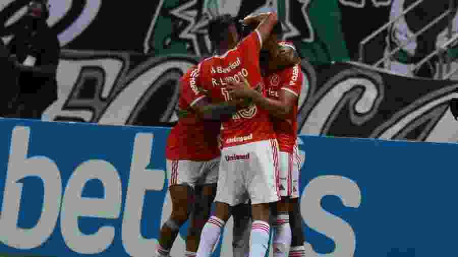 Jogadores do Internacional comemoram gol marcado contra o Ceará, em jogo do Brasileirão - CAIO ROCHA/FRAMEPHOTO/FRAMEPHOTO/ESTADÃO CONTEÚDO