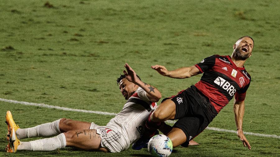 Diego Ribas sofre falta durante São Paulo x Flamengo na última rodada do Brasileirão - Pedro Martins/UOL