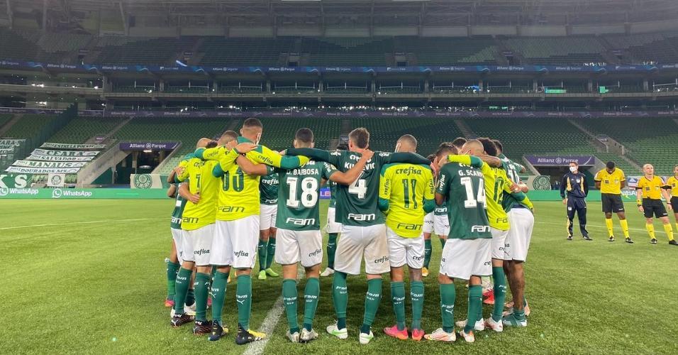 Jogadores do Palmeiras se reúnem no centro do campo após vencerem o Bahia pelo Brasileirão