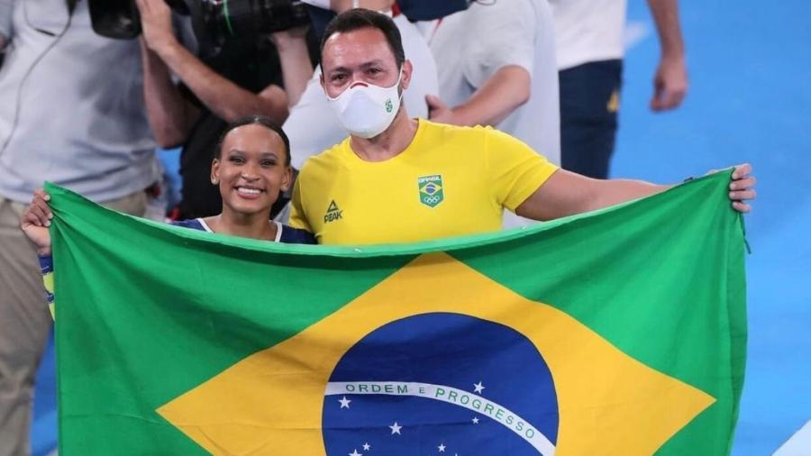 Rebeca Andrade e seu treinador, Francisco Porath - Ricardo Bufolin