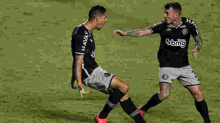 Daniel Amorim (à esquerda), do Vasco, comemora gol contra o Brasil de Pelotas, em São Januário, pela Série B do Brasileiro - Thiago Ribeiro/AGIF - Thiago Ribeiro/AGIF