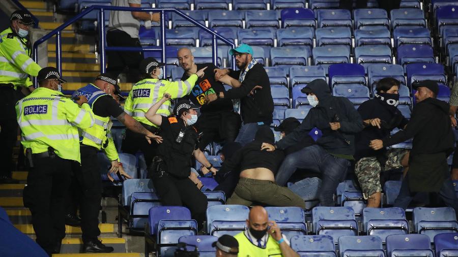 Torcedores entram em confronto durante o jogo entre Leicester e Napoli pela Liga Europa, no King Power Stadium, em Leicester - CARL RECINE/Action Images via REUTERS