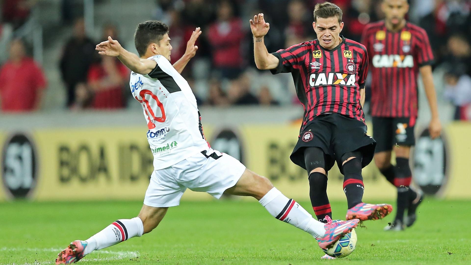 Fernando Viana (esq.), do Joinville, disputa lance com Daniel Hernandez, do Atlético-PR Paranaense, em partida disputada neste sábado (5), pela Série A do Campeonato Brasileiro