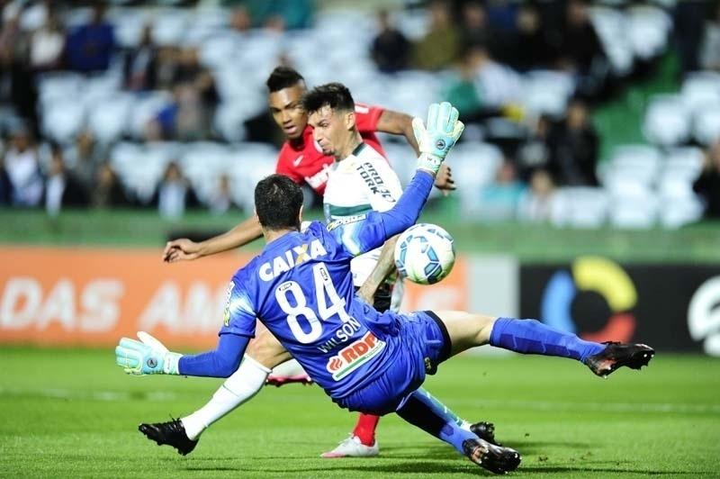 Vitinho conclui para marcar o único gol do confronto entre Coritiba e Inter, no Brasileirão