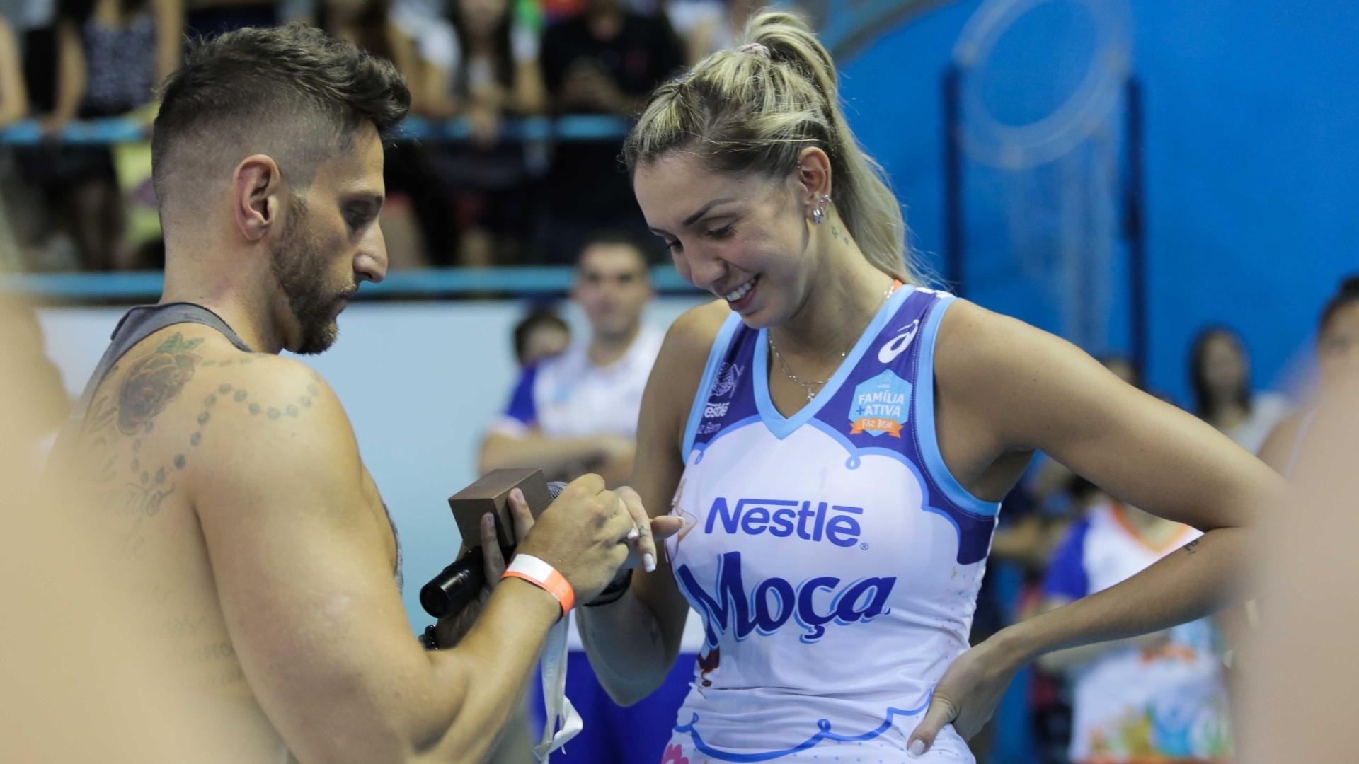 22.dez.2015 - Jogadora de vôlei Thaisa é pedida em casamento pelo namorado após vitória do Vôlei Nestlé pela Superliga feminina