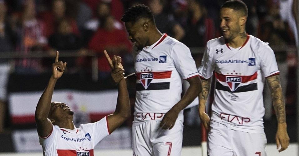 Thiago Mendes celebra de joelhos terceiro gol do São Paulo contra o Toluca