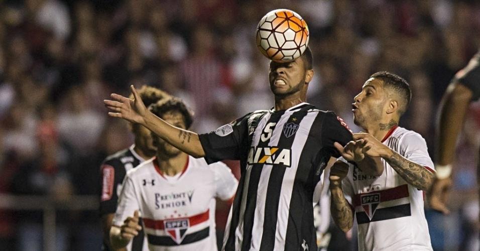 Volante do Atlético-MG, Rafael Carioca cabeceia a bola durante o jogo contra o São Paulo
