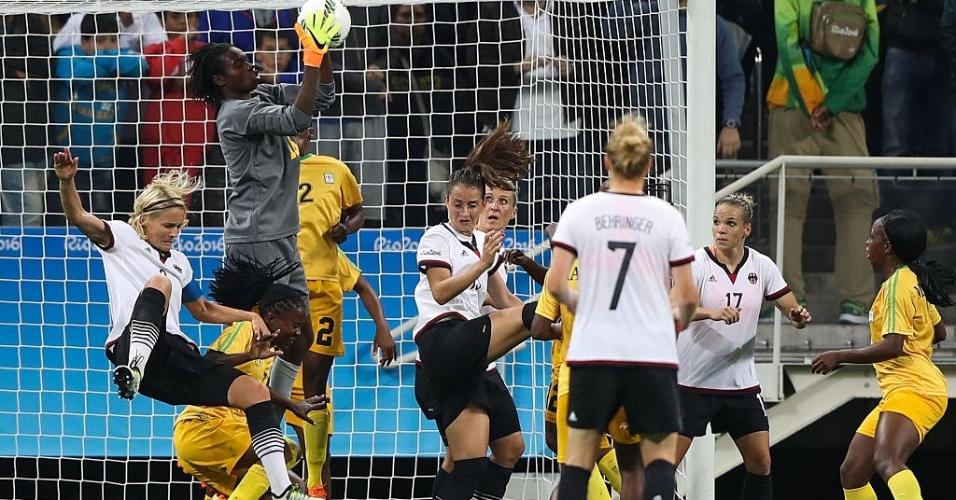 Lindiwe Magwede, goleira do Zimbábue, sobe para ficar com a bola no duelo contra a Alemanha