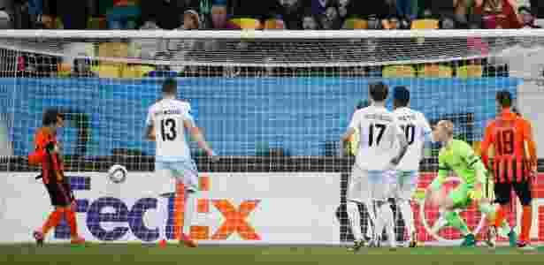 Bernard só precisou empurrar para marcar para o Shakhtar Donetsk - REUTERS/Gleb Garanich
