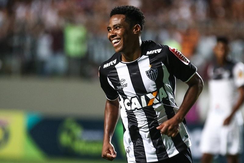 Elias comemora o primeiro gol pelo Atlético-MG