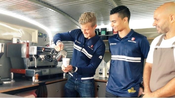 Ericsson e Wehrlein fazem bolo para a comemoração dos 25 anos da Sauber