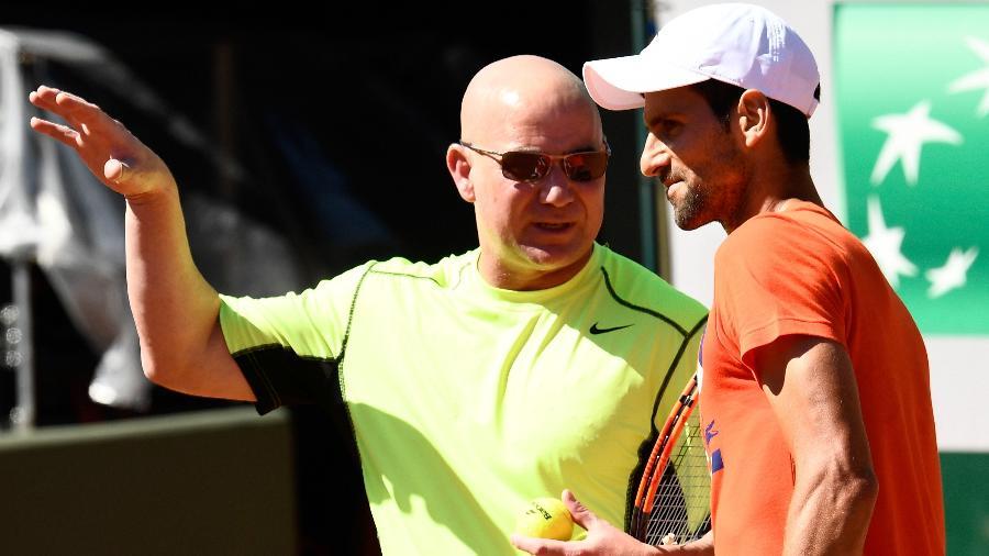 Andre Agassi e Novak Djokovic em Roland Garros, no ano passado - CHRISTOPHE SIMON/AFP