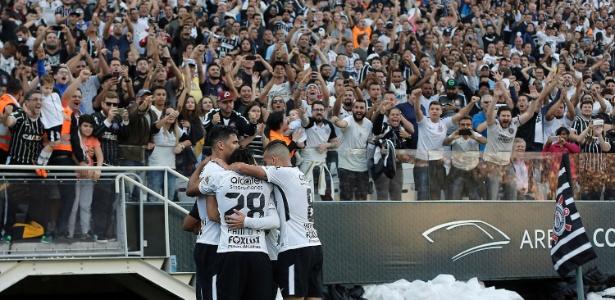 Corinthians aproveita falhas do São Paulo e vence com dificuldades.