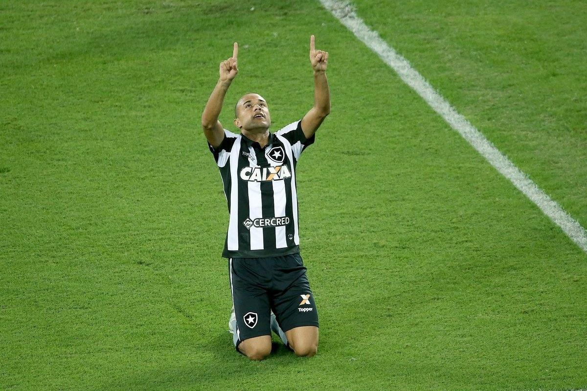 Roger comemora gol do Botafogo diante do Vasco pelo Campeonato Brasileiro 2017