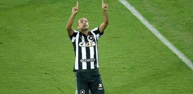 Roger passou a balançar as redes com frequência e ganhou confiança no Botafogo