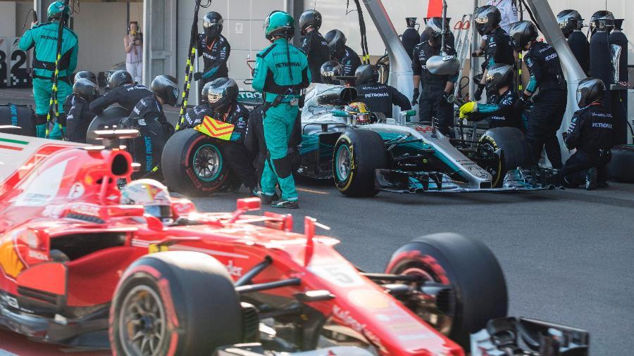 Sebastian Vettel (Ferrari) e Lewis Hamilton (Mercedes) passam pelos boxes no GP de Baku - AFP/Pool/Valdrin Xhemaj