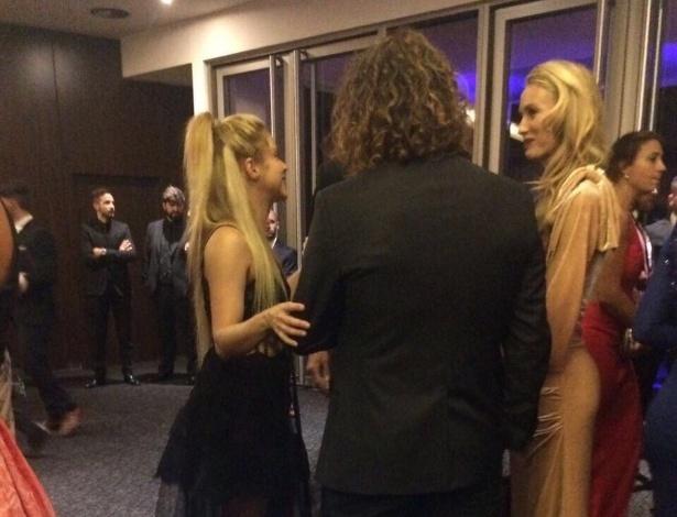 A cantora Shakira, mulher de Piqué, foi flagrada conversando com Puyol