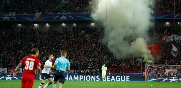 Sinalizadores acesos durante confronto entre Spartak Moscou e Liverpool na Rússia