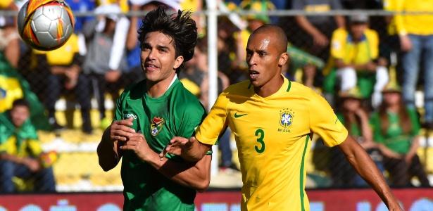 Miranda marca o atacante Marcelo Moreno durante o jogo entre Brasil e Bolívia