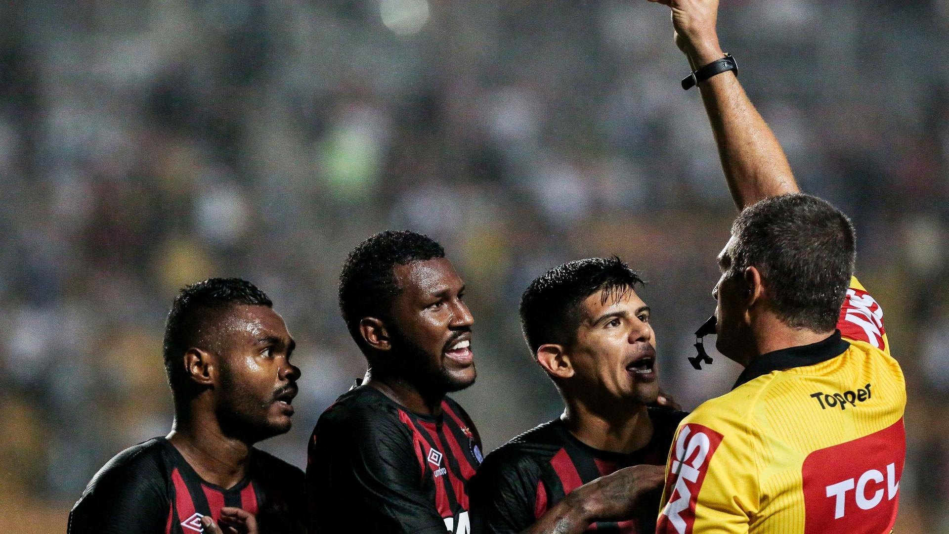 O árbitro Marcelo de Lima Henrique expulsa Nikão, do Atlético-PR, em jogo contra o São Paulo