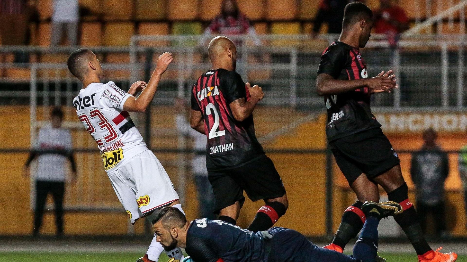 O goleiro Weverton impede o avanço de Marcos Guilherme no jogo entre São Paulo e Atlético-PR