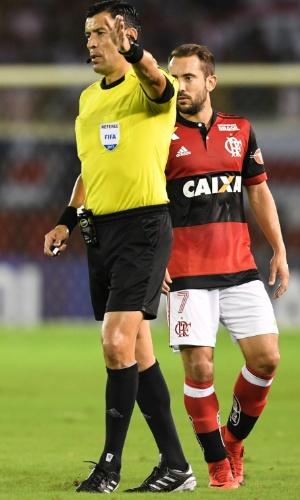 O árbitro Roberto Tobar gesticula em frente a Everton Ribeiro, do Flamengo