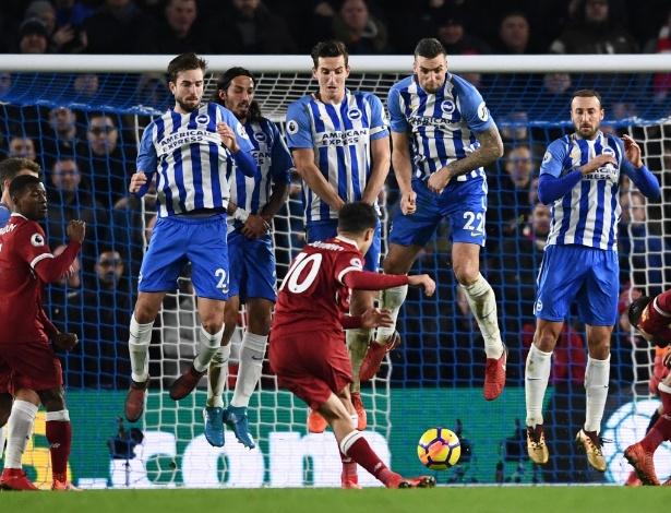 Coutinho imita Ronaldinho Gaúcho e bate falta por baixo da barreira