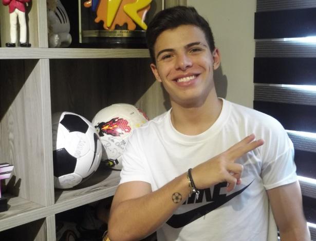 Thomaz Costa tatuou uma bola de futebol no braço no começo deste ano
