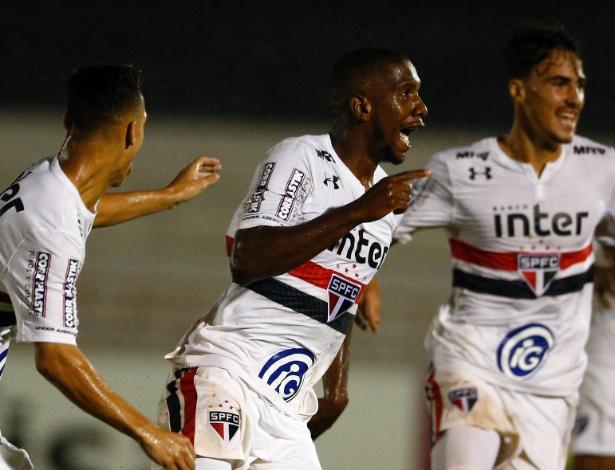Toró comemora gol do São Paulo contra a Chapecoense