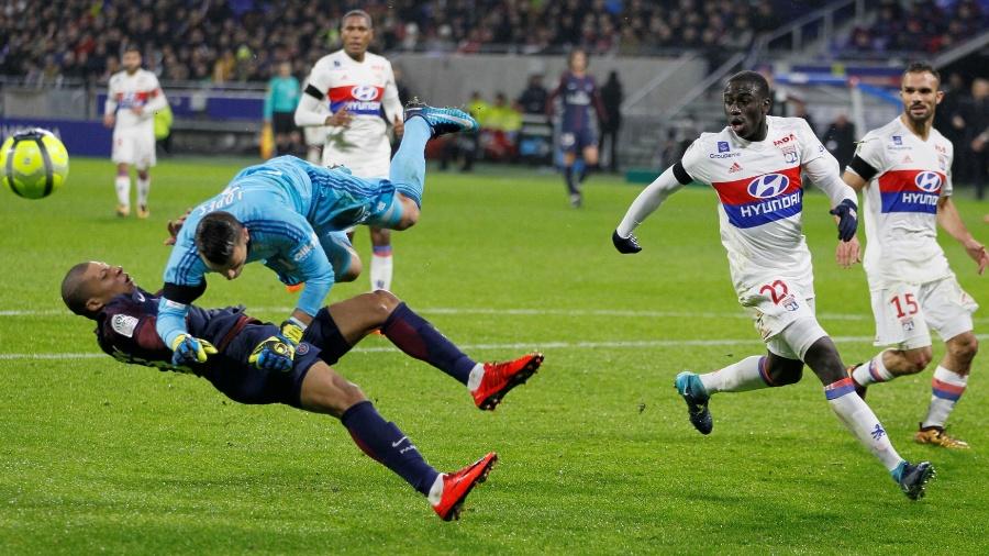 Mbappé se choca com o goleiro do Lyon, Anthony Lopes - Emmanuel Foudrot/Reuters