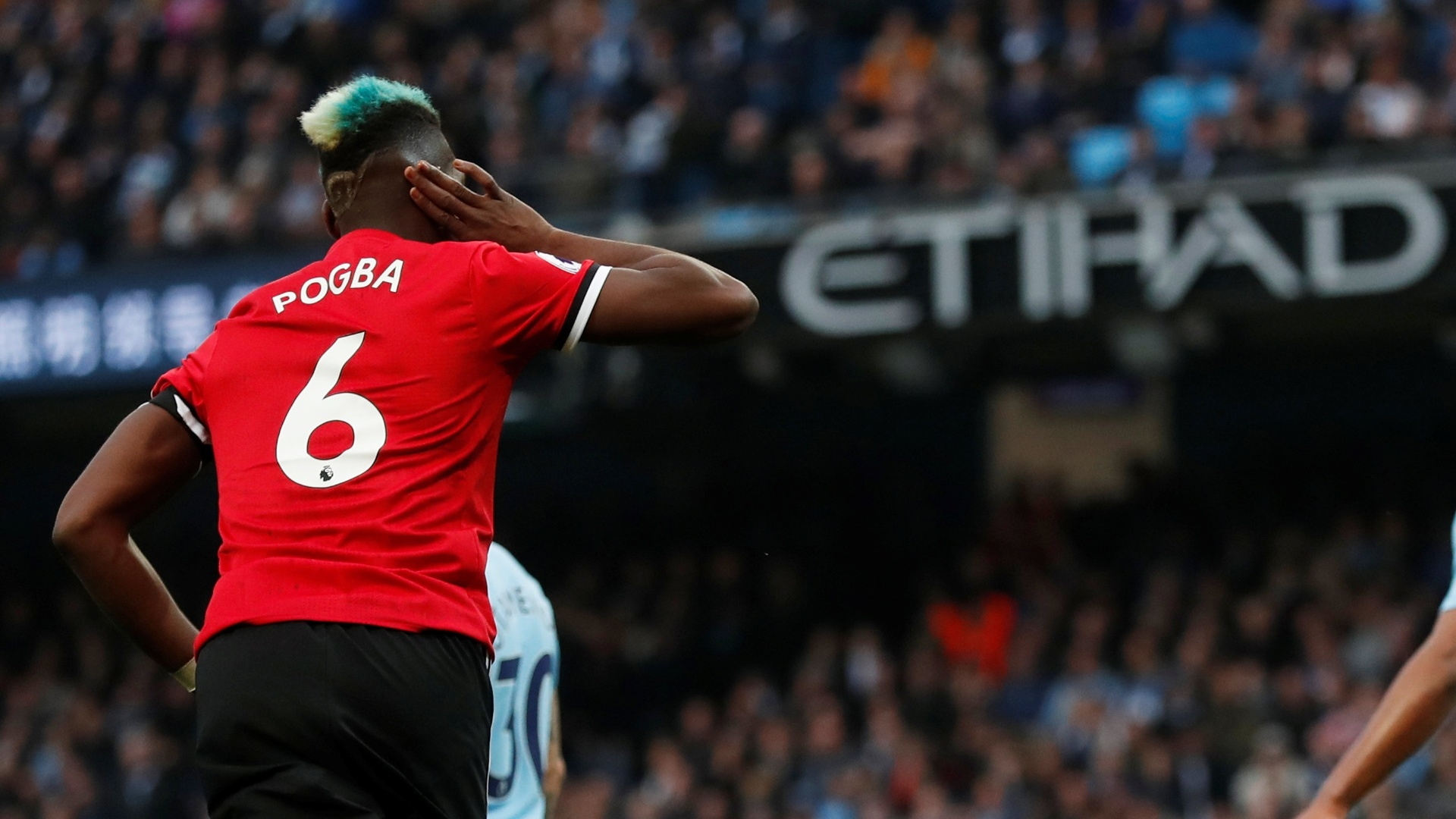 Pogba marca para o United e sai provocando a torcida do City