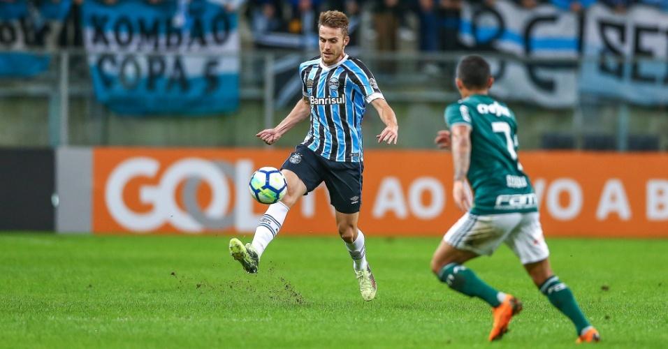 Ramiro domina a bola em frente a Dudu durante Grêmio x Palmeiras