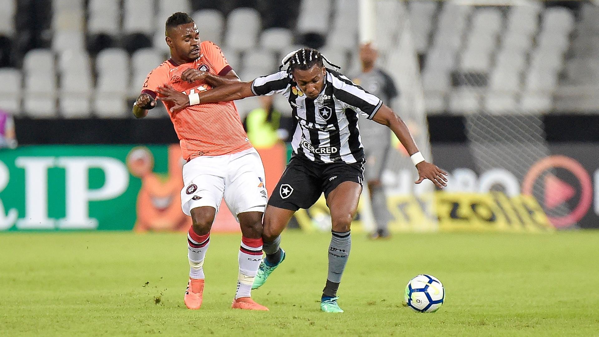 Moisés e Nikão disputam bola durante Botafogo x Atlético-PR no Nilton Santos